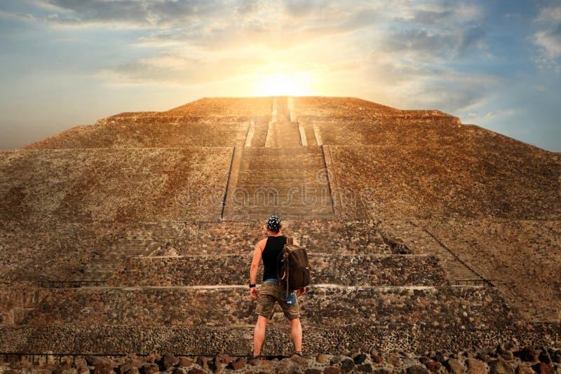 Giovane turista sportivo sui precedenti di un tramonto di Teotihuacan Piramide del Sun Concetto di libertà e di viaggio fotografia stock libera da diritti