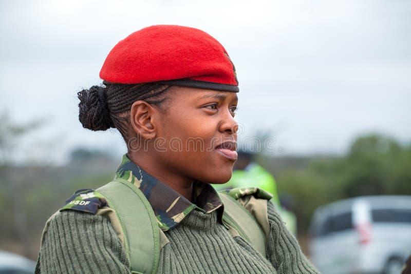 Giovane ufficiale africano della donna in berretto rosso e uniforme verde della forza di difesa di Umbutfo Swaziland USDF immagini stock