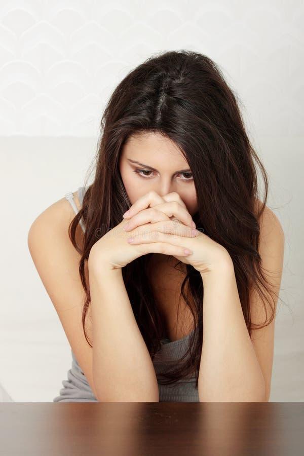Giovane una donna preoccupata ed impaurita immagine stock