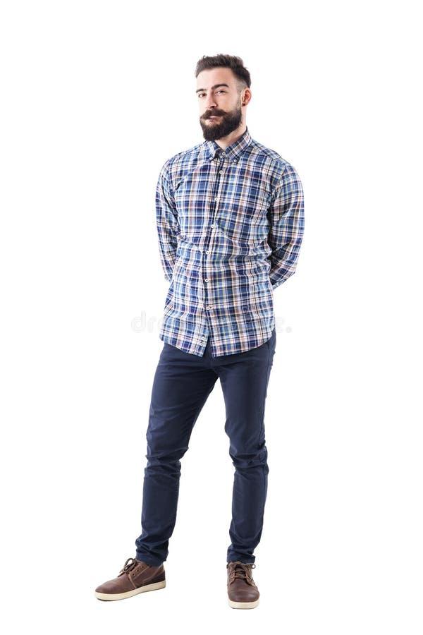 Giovane uomo adulto barbuto scettico incerto che giudica e che esamina macchina fotografica fotografia stock