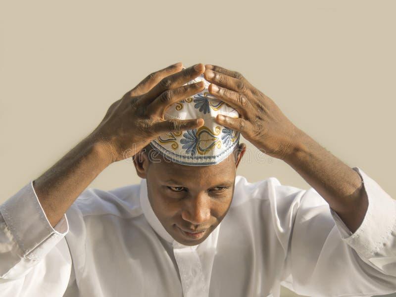 Giovane uomo africano che indossa un celebratio tradizionale fotografia stock