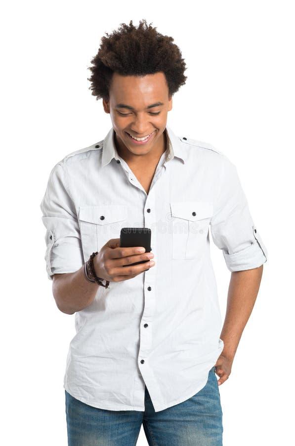 Giovane uomo africano con il telefono cellulare immagini stock