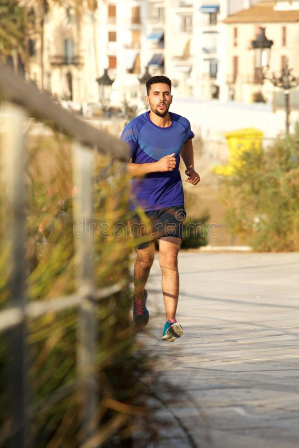 Giovane uomo africano del nord che corre all'aperto fotografie stock