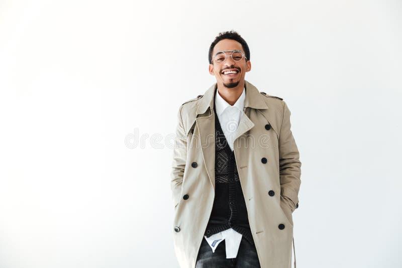 Giovane uomo africano felice isolato sopra fondo bianco fotografia stock