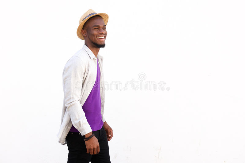 Giovane uomo africano moderno astuto che sembra felice fotografie stock