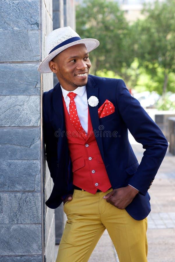 Giovane uomo afroamericano alla moda in vestito e cappello fotografia stock