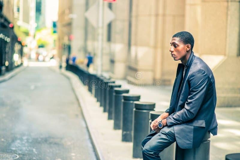 Giovane uomo afroamericano che pensa fuori sulla via in nuovo Yor immagine stock