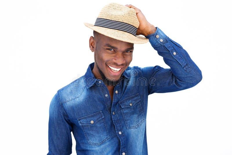 Giovane uomo afroamericano d'avanguardia che sorride con il cappello fotografia stock