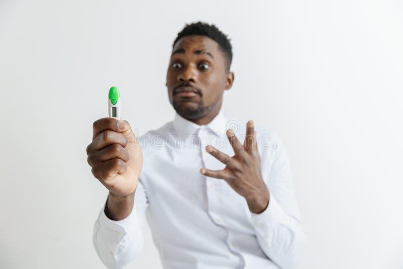 Giovane uomo afroamericano infelice che esamina l'uomo triste bello del test di gravidanza frustrato e che ha problemi fotografie stock libere da diritti