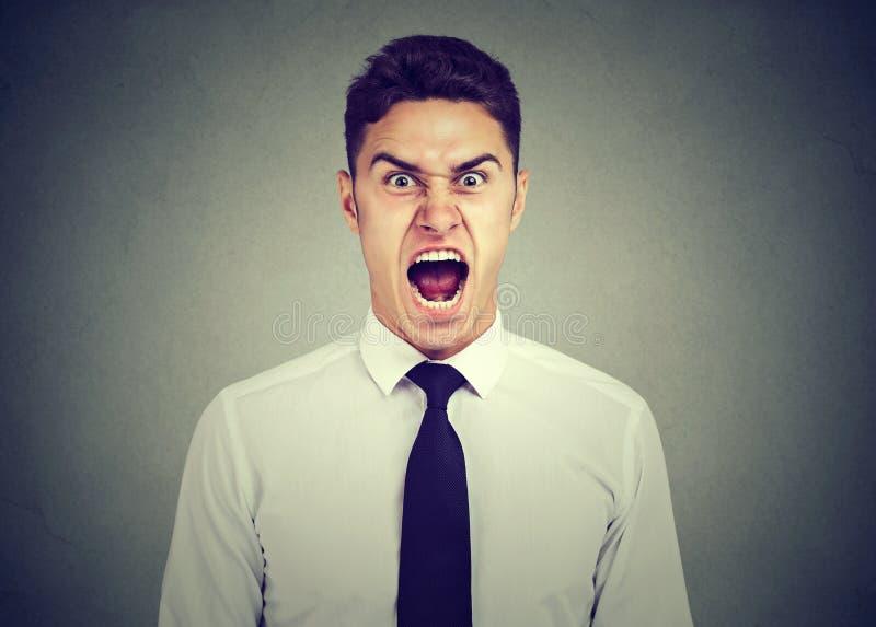 Giovane uomo arrabbiato di affari che grida immagini stock