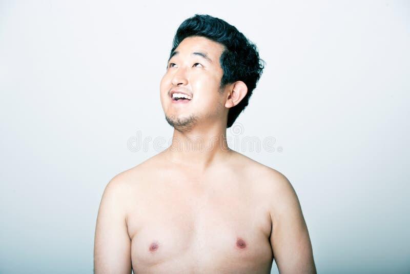 Giovane uomo asiatico che osserva in su immagini stock libere da diritti