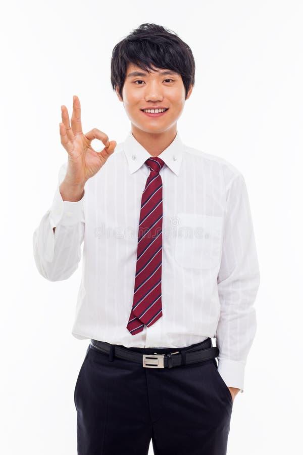 Giovane uomo asiatico di affari che mostra segno giusto. immagini stock libere da diritti