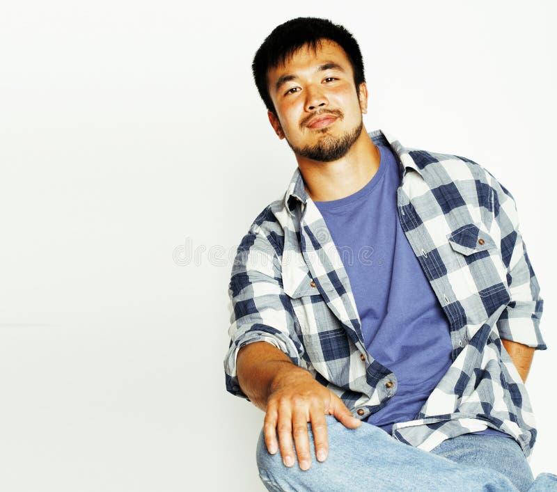 Giovane uomo asiatico sveglio sul gesturing bianco emozionale, po del fondo fotografia stock