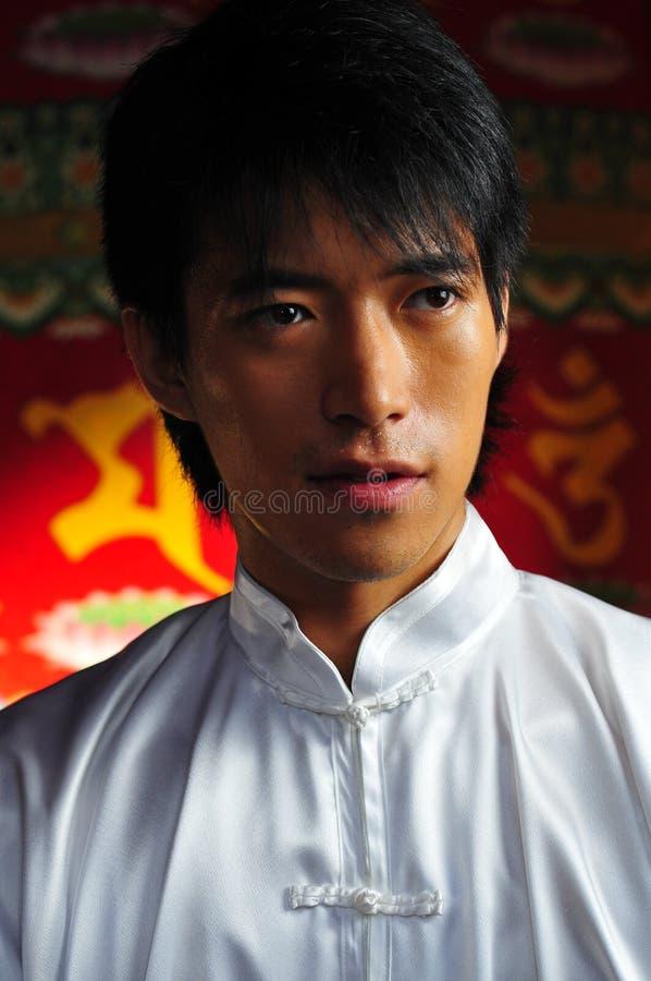 Giovane uomo asiatico in vestiti tradizionali fotografia stock libera da diritti