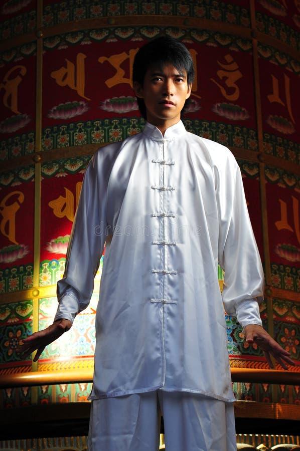 Giovane uomo asiatico in vestiti tradizionali fotografie stock libere da diritti