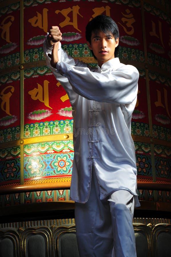 Giovane uomo asiatico in vestiti tradizionali fotografia stock