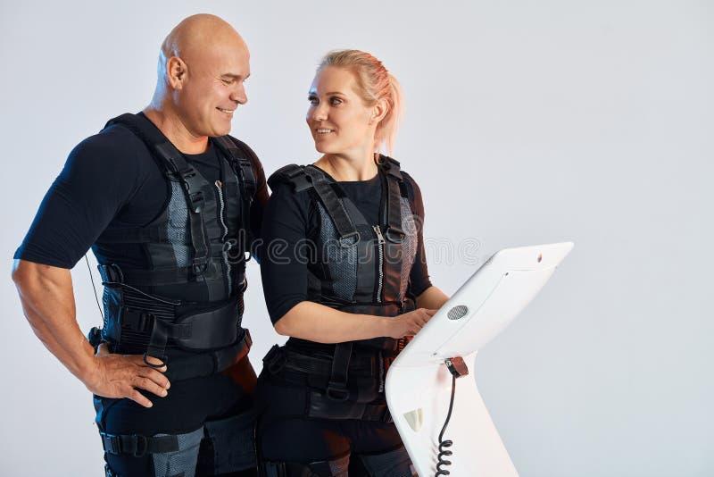 Giovane uomo audace che controlla una donna che sta indossando il vestito di SME fotografie stock libere da diritti