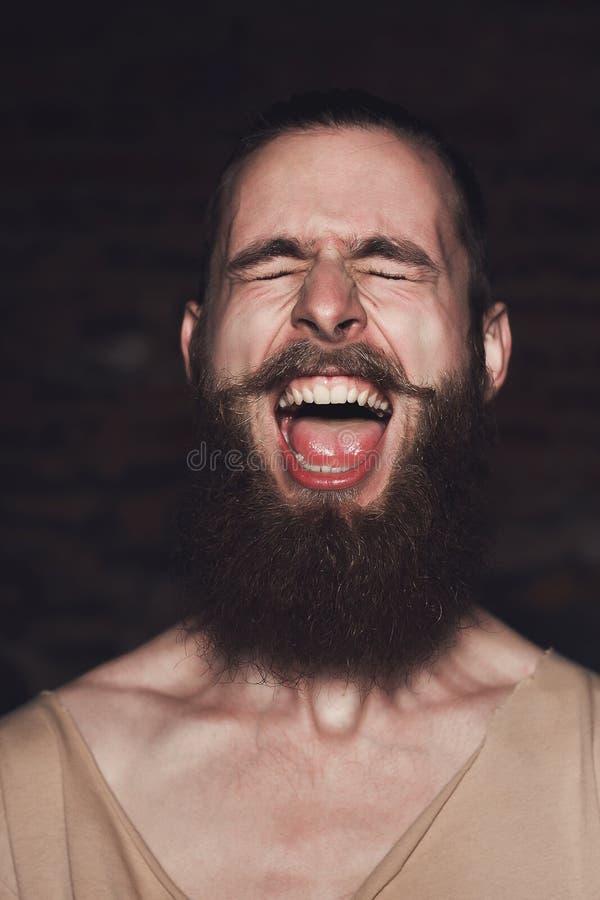 Giovane uomo barbuto bello dei pantaloni a vita bassa in studio immagini stock libere da diritti