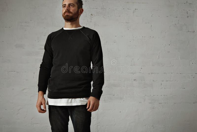 Giovane uomo barbuto in camicia nera in bianco fotografie stock libere da diritti