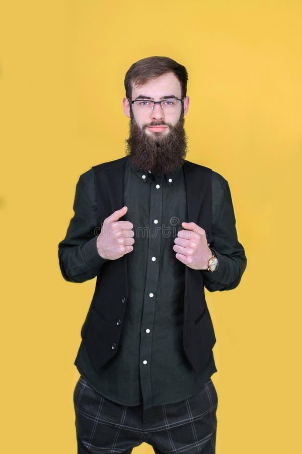Giovane uomo barbuto dei pantaloni a vita bassa che posa nello studio immagini stock