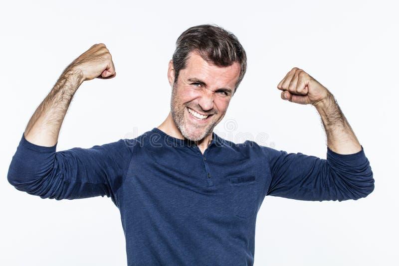 Giovane uomo barbuto di divertimento che sorride, mostrando la suoi motivazione e muscolo fotografie stock libere da diritti