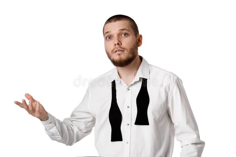 Giovane uomo barbuto in una camicia ed in una cravatta a farfalla bianche fotografia stock