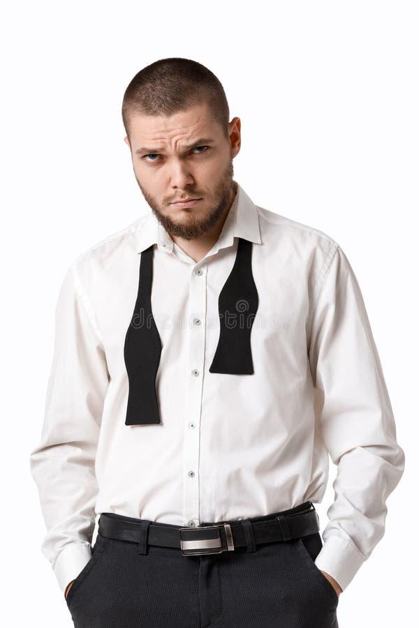 Giovane uomo barbuto in una camicia ed in una cravatta a farfalla bianche fotografie stock