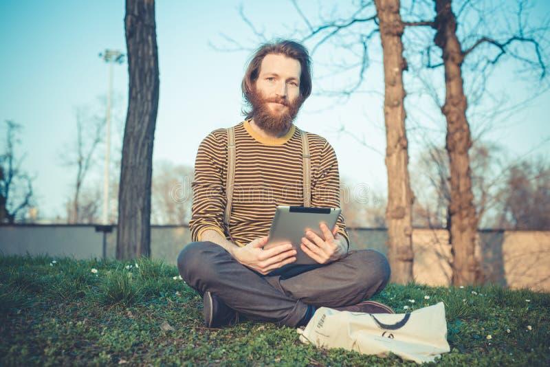 Giovane uomo bello alla moda barbuto dei pantaloni a vita bassa fotografia stock libera da diritti