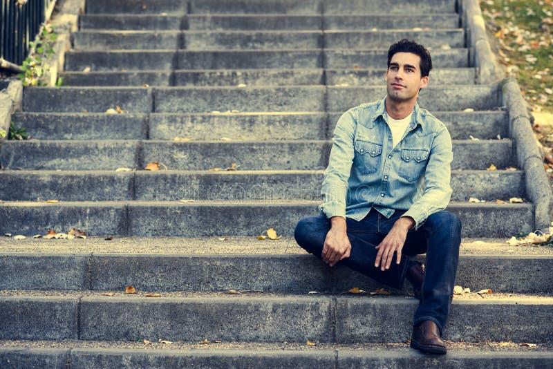 Giovane uomo bello attraente, modello di modo in backgro urbano fotografia stock