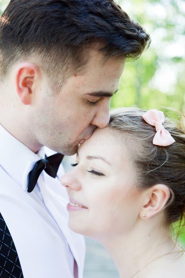 Giovane uomo bello che bacia delicatamente la sua fidanzata Amore fotografia stock