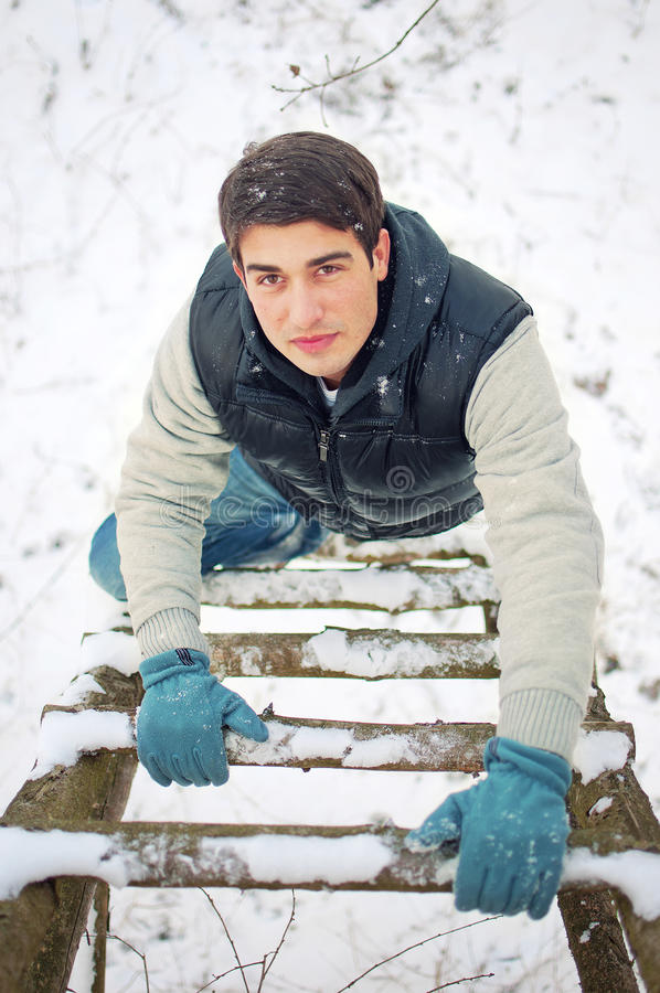 giovane uomo bello che sale scala di legno ascendente fotografie stock