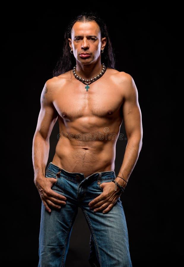 Giovane uomo bello con il torso nudo fotografia stock