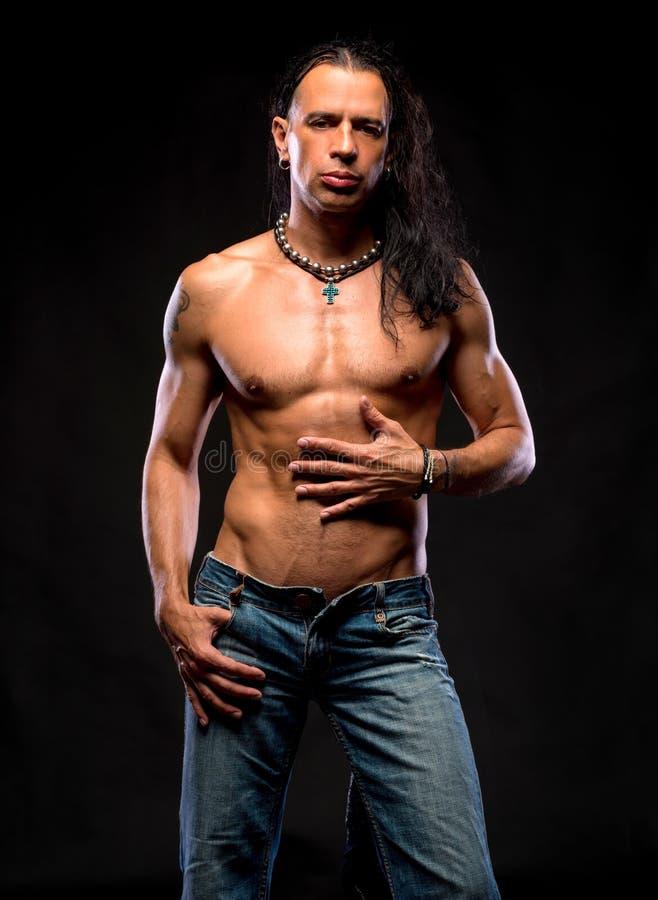 Giovane uomo bello con il torso nudo fotografia stock libera da diritti