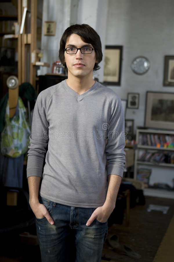 Giovane uomo bello del ritratto in vetri fotografie stock