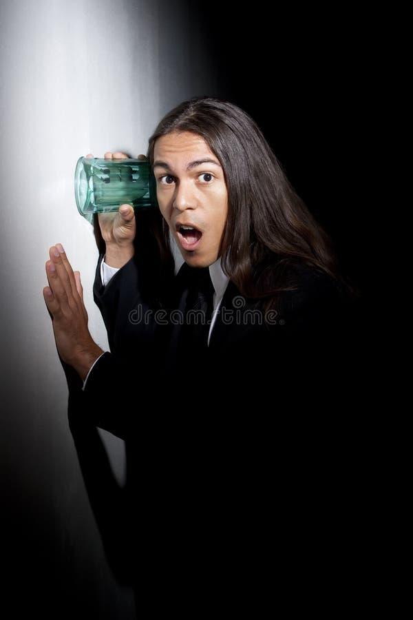 Giovane uomo bello della corsa mixed che usando vetro ai eaves fotografie stock libere da diritti