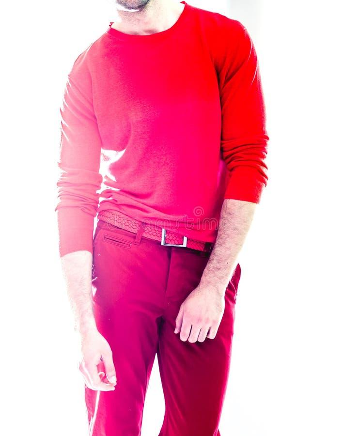 Giovane uomo bello elegante in abbigliamento rosso Ritratto di modo dello studio fotografie stock