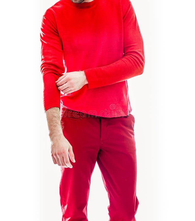 Giovane uomo bello elegante in abbigliamento rosso Ritratto di modo dello studio fotografia stock