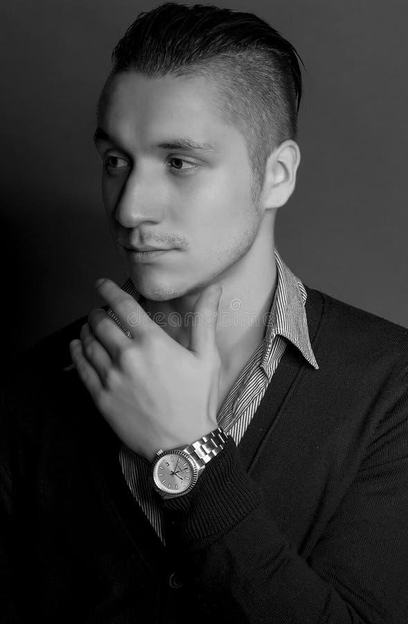 Giovane uomo bello elegante Uomo alla moda con il maglione d'uso di taglio di capelli alla moda con la camicia che posa sopra il  fotografie stock libere da diritti