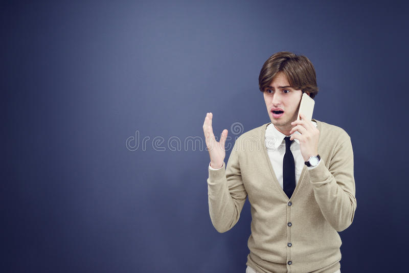 Giovane uomo casuale che parla sul telefono isolato su fondo bianco fotografie stock