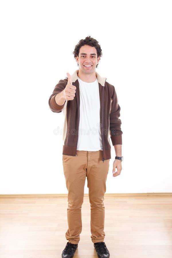 Giovane uomo casuale integrale che mostra i pollici su fotografia stock libera da diritti