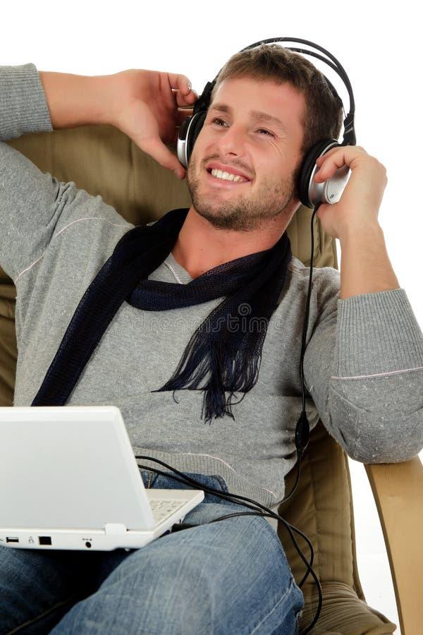 Giovane uomo caucasico bello, ascolto di musica fotografia stock