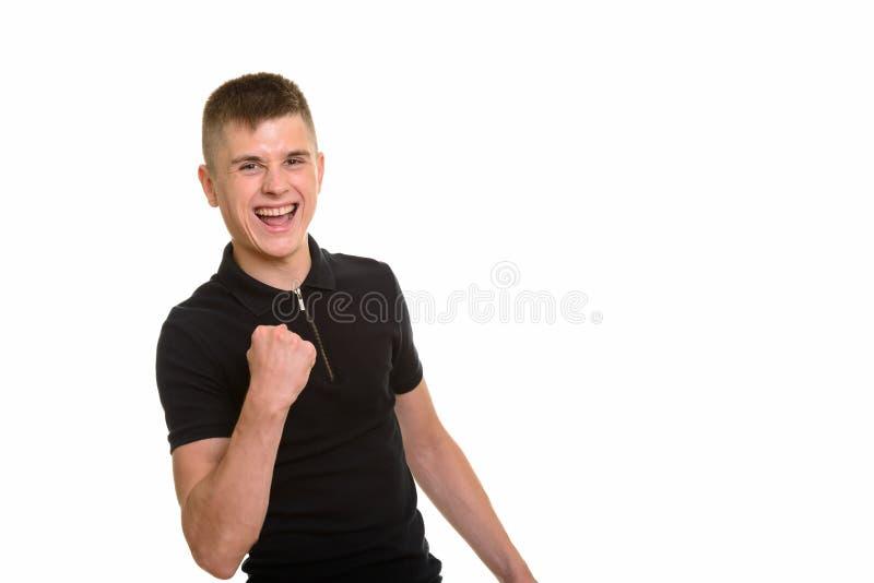 Giovane uomo caucasico felice che sorride e che sembra motivato immagini stock