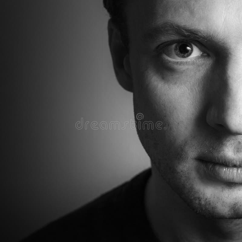 Giovane uomo caucasico, ritratto dello studio del primo piano fotografia stock libera da diritti