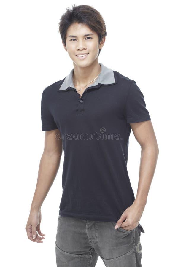 Giovane uomo cinese bello in abbigliamento casuale astuto immagini stock