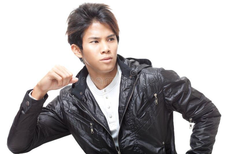 Giovane uomo cinese bello in rivestimento di cuoio nero immagine stock