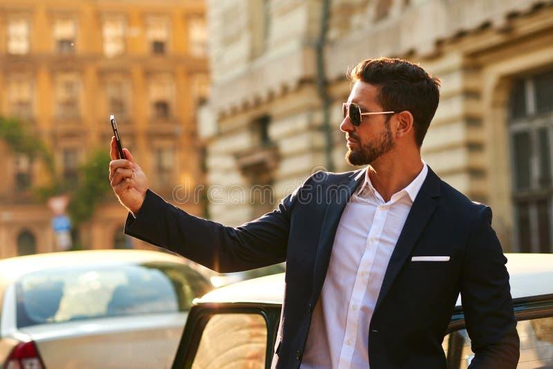 Giovane uomo d'affari ad un'automobile immagine stock