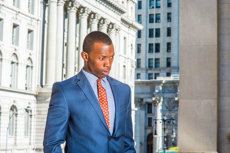 Giovane uomo d'affari afroamericano che pensa fuori dell'ufficio in Ne immagine stock libera da diritti