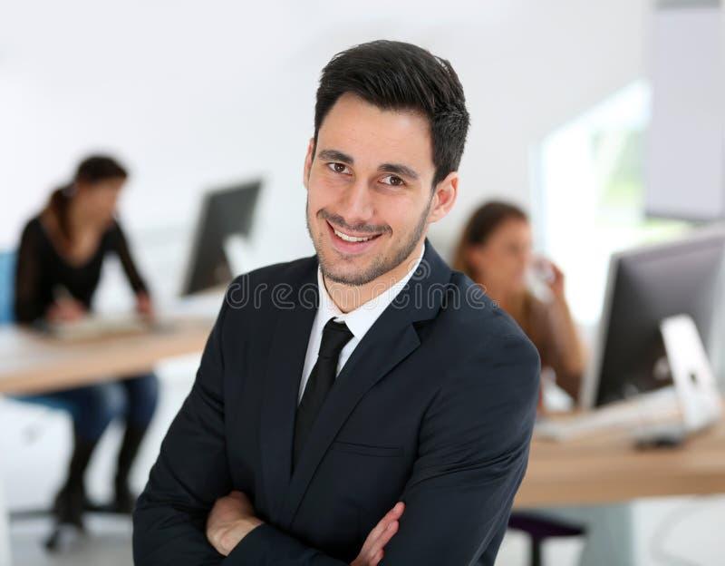 Giovane uomo d'affari all'ufficio immagine stock