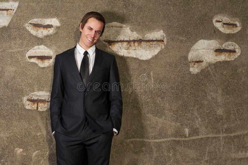 Giovane uomo d'affari allegro che sorride all'aperto immagine stock