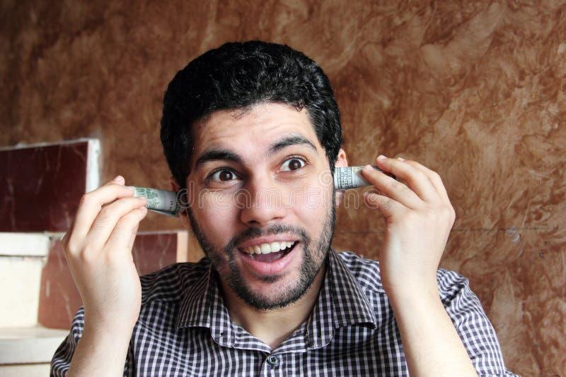 Giovane uomo d'affari arabo divertente con i soldi delle banconote in dollari fotografia stock libera da diritti